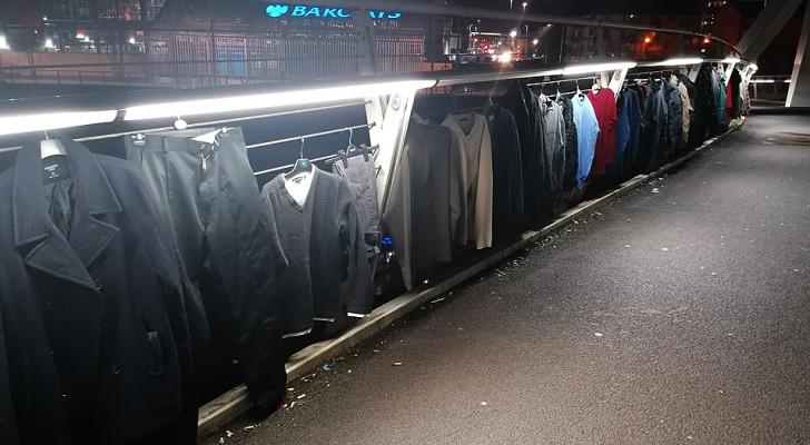 Nesta ponte em Glasgow é possível deixar casacos e roupas para quem precisa