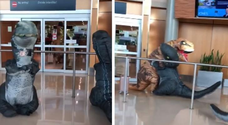 Ils se déguisent en dinosaures pour aller chercher leur grand-mère à l'aéroport, mais elle aussi a fait la même blague
