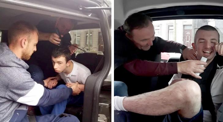 Este peluquero se ha ofrecido de cortarle el cabello a un joven autista sobre el asiento del auto, donde se siente más seguro