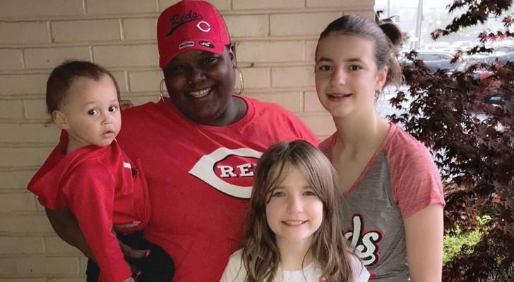 Cette femme noire a adopté trois enfants blancs, mais tout le monde lui demande si elle est leur baby-sitter