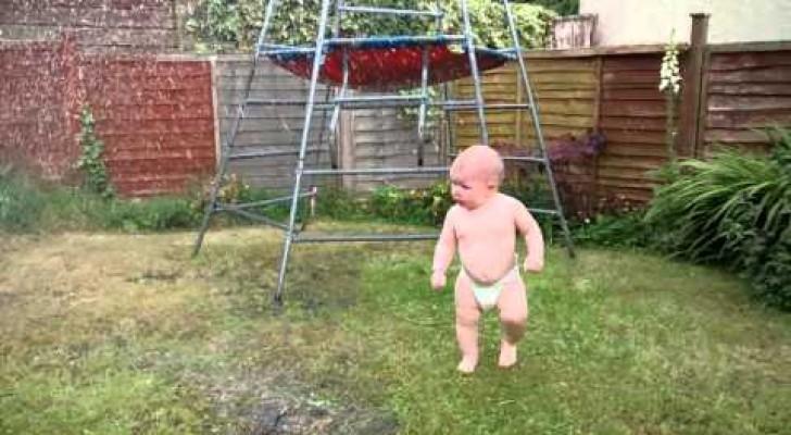 Un bambino incontra l'irrigatore per la prima volta, la sua reazione è da morire dal ridere
