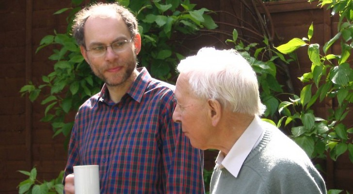 Passar mais tempo com os pais idosos pode retardar o declínio psicofísico deles: é o que revela um estudo