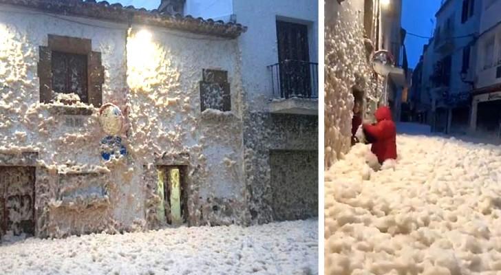 Espagne : une énorme quantité de mousse envahit les rues d'une petite ville pendant la tempête Gloria