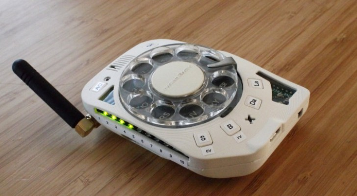 Eine Raumfahrtingenieurin baut ein Mobiltelefon mit Wählscheibe: