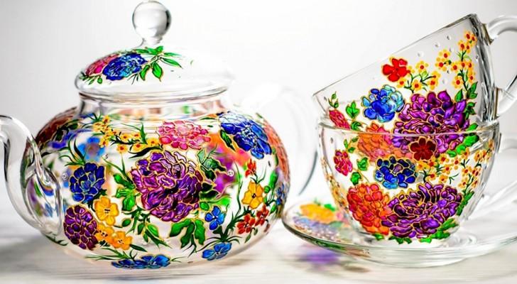 Cet artiste peint à la main des tasses et des théières en verre exaltant la magie de la lumière sur les couleurs