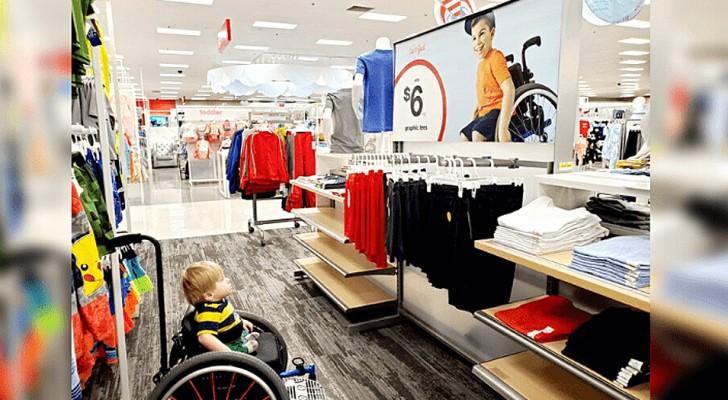 Una potente foto mostra la reazione di un bimbo disabile nel vedere sulla pubblicità un bambino in carrozzella come lui