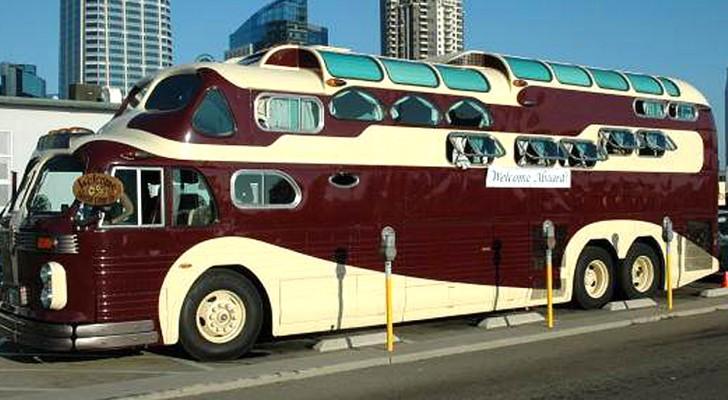 Questo enorme camper è un'originale fusione tra due autobus, per viaggi comodi e pieni di avventura