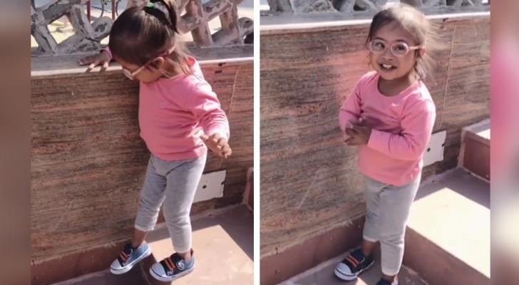 Dopo molti tentativi, questa bimba con sindrome di Down è riuscita finalmente a scendere le scale da sola