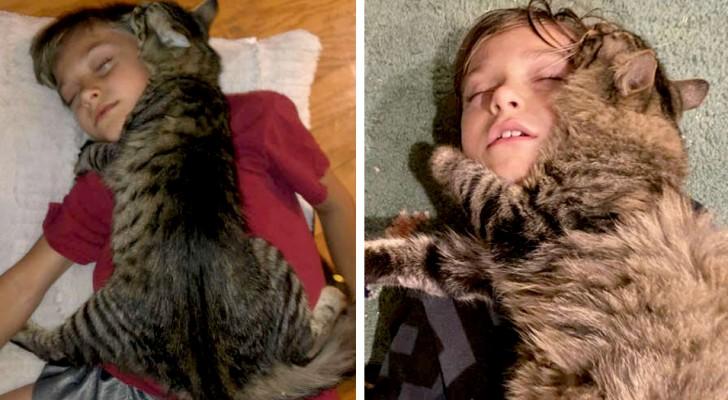 De kat en zijn baasje zijn zo onafscheidelijk dat ze altijd omarmd slapen
