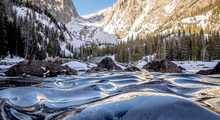 Un fotografo cattura lo straordinario fenomeno delle onde ghiacciate di un lago: sembrano congelate nel tempo