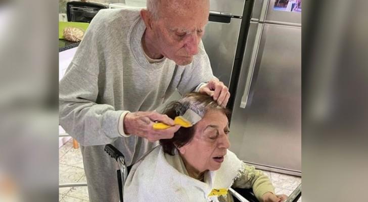 Het tedere beeld van de man die zijn vrouw helpt haar haar te verven: ze zijn in isolatie en zijn 92 jaar oud