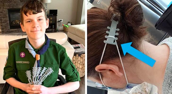 Een jongen print oorbeschermers in 3D voor artsen en verpleegkundigen die een mondkapje dragen
