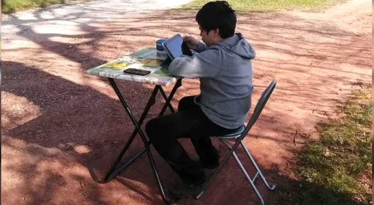 A casa non ha connessione: un ragazzo di 12 anni segue le lezioni col suo banco in mezzo alla natura