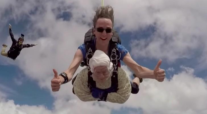 Une mamie de 102 ans saute en parachute pour la troisième fois et bat le record du monde