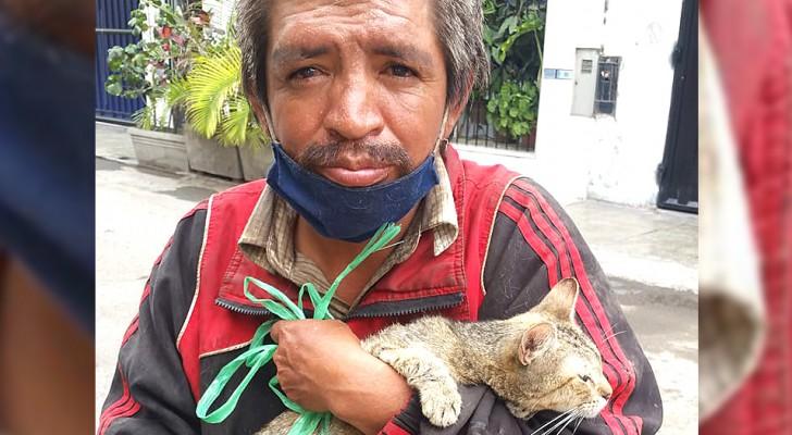 Le dan un gato para deshacerse de él, pero este hombre sin hogar decide tenerlo consigo: ahora son inseparables