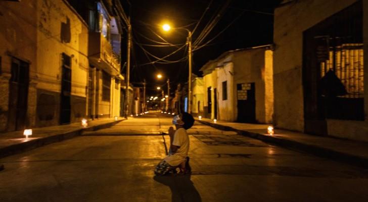 Un bimbo di 6 anni prega inginocchiato in una strada deserta: il suo desiderio è che il Coronavirus finisca