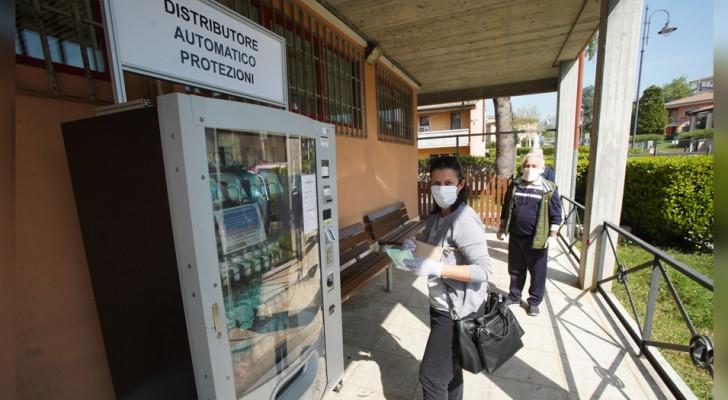A Verona nascono i primi distributori automatici di mascherine contro il Covid-19: costano 2,50 euro l'una