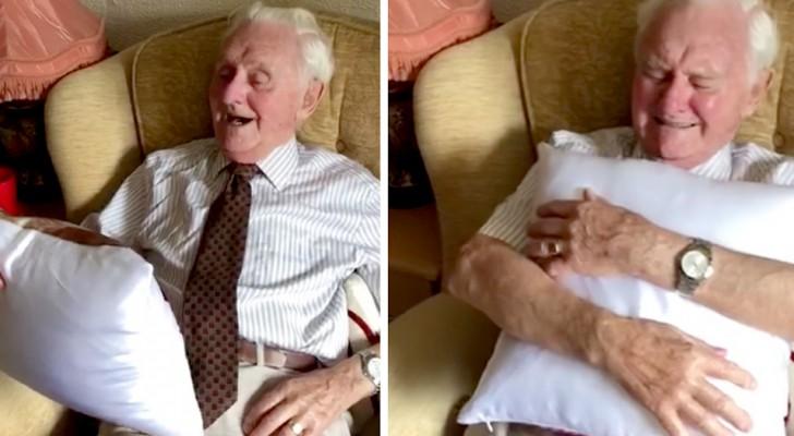 El hogar de ancianos le regala al residente de 94 años un almohadón con el rostro de la mujer fallecida: él se pone a llorar