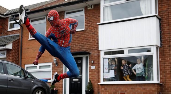 Twee vrienden vermommen zich als Spider-Man en brengen een bezoek aan de buurtkinderen die in quarantaine zijn vanwege Covid-19