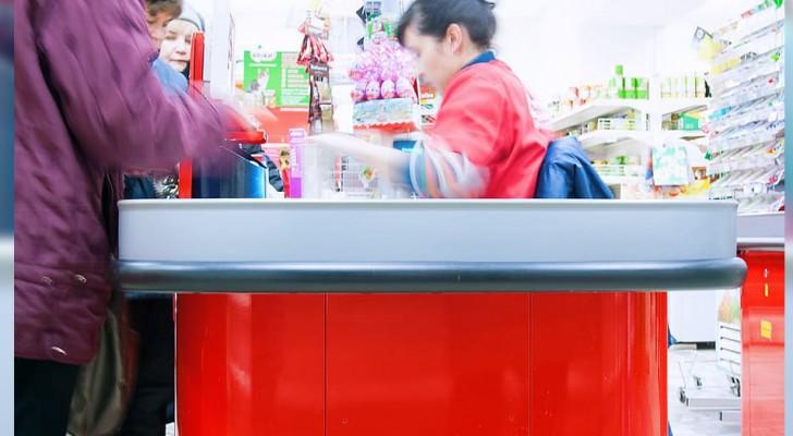 Uma mulher ofende a caixa, dizendo que era uma falida: o seu chefe intervém e manda a mulher para fora da loja
