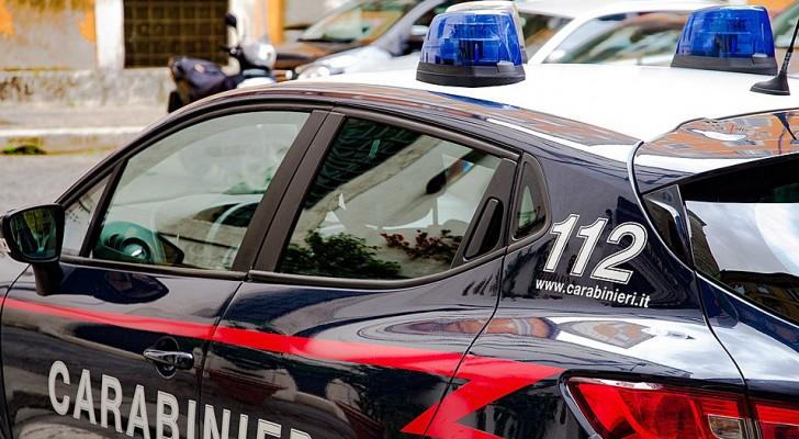 Een jongen verstopt zijn vriendin in de kofferbak van de auto om bij haar te zijn tijdens de quarantaine: allebei bekeurd