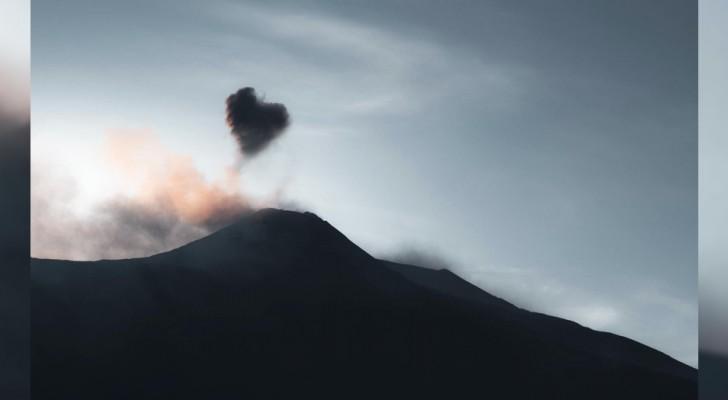 Een jongen weet een suggestieve hartvormige wolk vast te leggen die uit de Etna komt