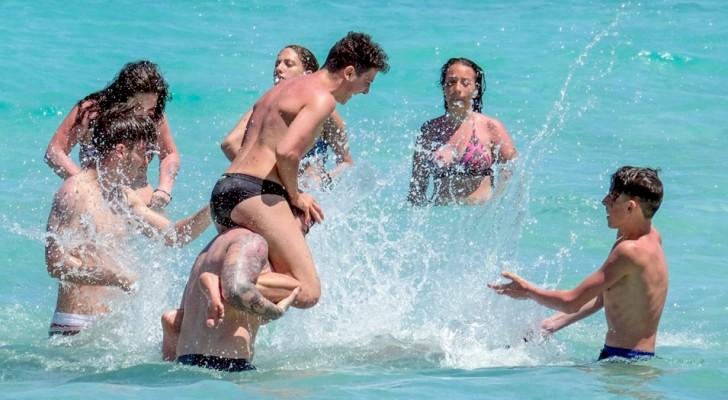 Da noi il virus non c'è: le spiagge di Mondello sono state prese d'assalto nella prima domenica della Fase 2