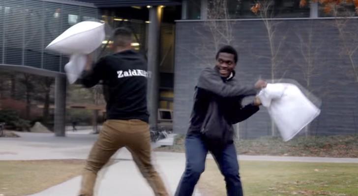 Ein Junge macht Kissenschlachten mit fremden Menschen: Ihre Reaktion ist einfach überraschend!