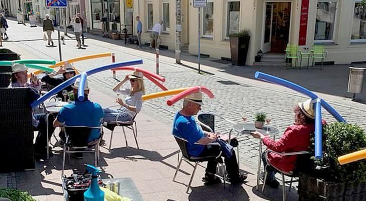 Coronavirus: in deze bar dragen klanten gekleurde zwemtubes om de veiligheidsafstanden te bewaren