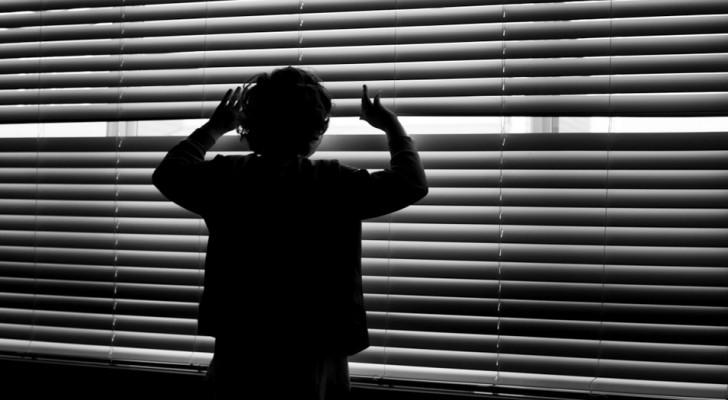 Uma mulher deixa uma criança sozinha em casa por 9 dias: ele se salva pedindo ajuda aos vizinhos