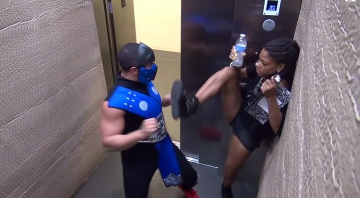 Ein Krieger im Aufzug: Die Reaktion der Leute ist ziemlich witzig