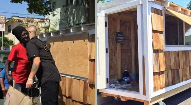 En kille bygger ett minihus för en hemlös kvinna som sover på gatan i hans kvarter