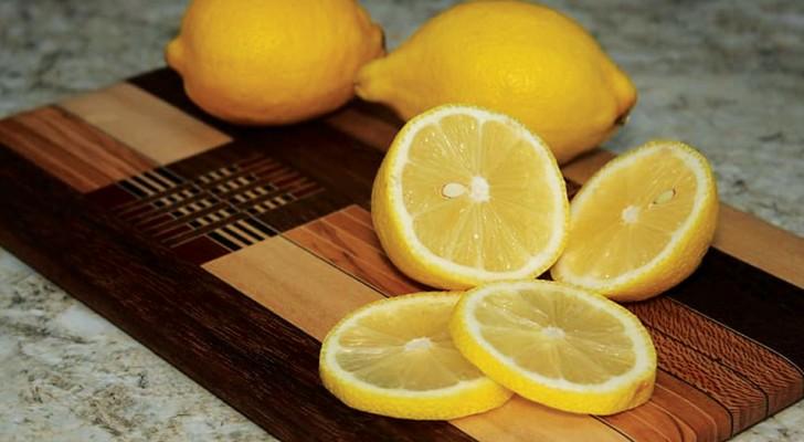 Il limone è indispensabile per la cura della casa: rende i vetri splendenti e il bucato morbidissimo
