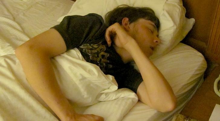 Viele Menschen haben das Bedürfnis, sich zum Schlafen zu bedecken, selbst bei Hitze: einige Gründe, warum dies der Fall ist