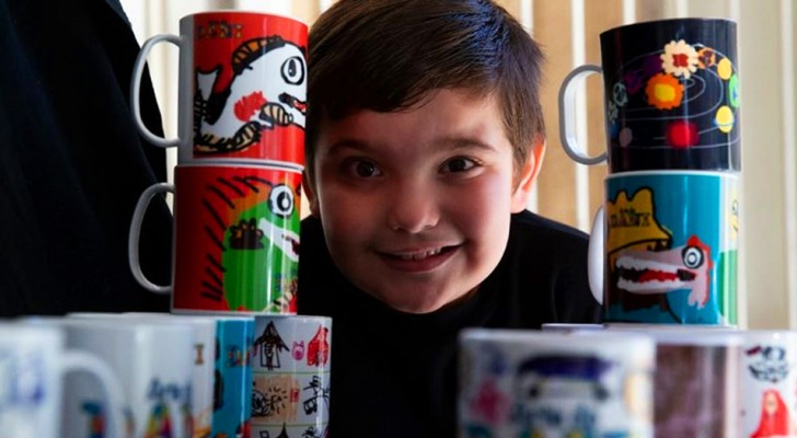 Un niño autista de 7 años pinta tazas de colores como una forma terapéutica y luego todos comienzan a comprarlas