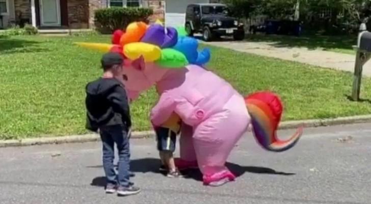 Non riuscendo più a resistere, questa nonna si è vestita da unicorno per poter abbracciare i suoi nipoti