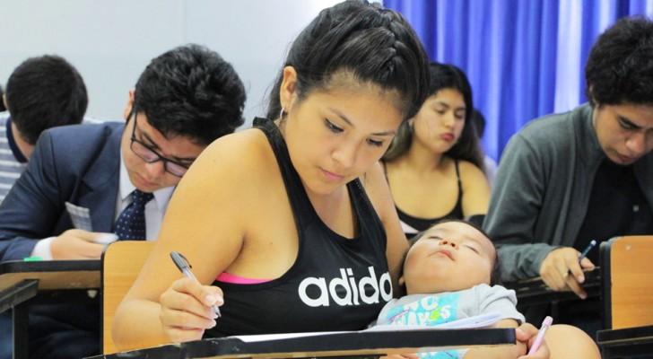 Une jeune maman se présente à l'examen d'entrée à l'université avec son enfant dans les bras :