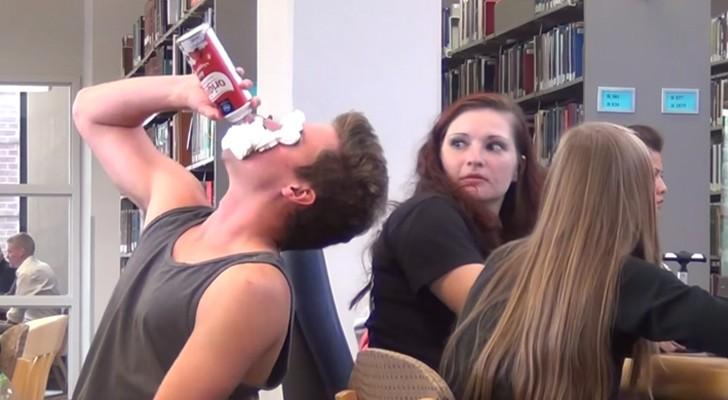 È la cosa più odiosa che possa capitare in biblioteca, ma le reazioni sono esilaranti