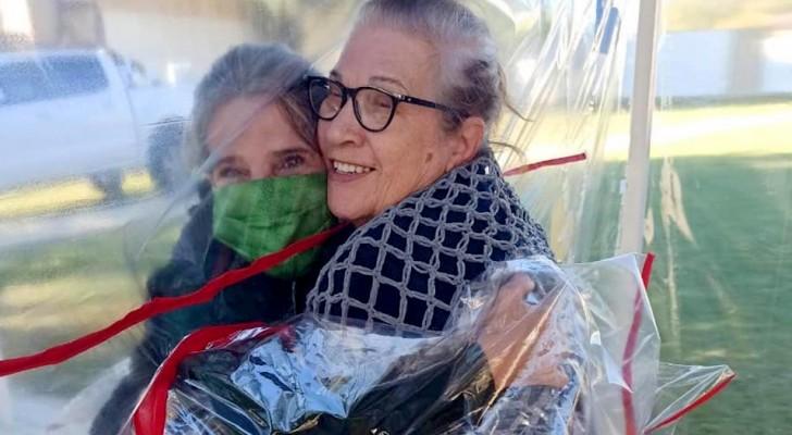 Una casa di riposo crea un tunnel di plastica dove gli anziani possono abbracciare i parenti in tutta sicurezza