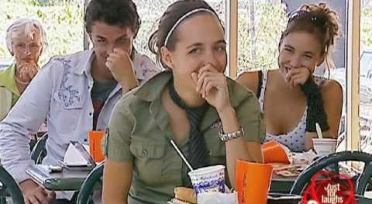 Deze mensen zitten hier om te eten, maar er gebeurd iets heel vreemds voor hen