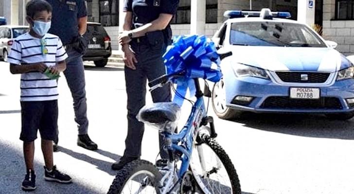 Rubano la bicicletta a un bambino di 7 anni: i poliziotti gliene regalano una nuova