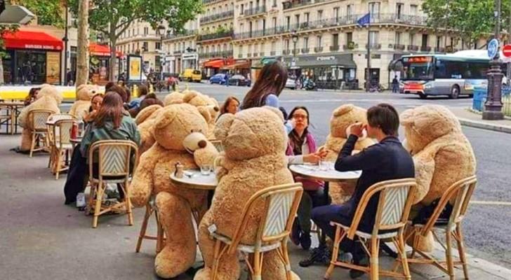 Un bar utilizza degli orsacchiotti di peluche giganti per promuovere il distanziamento tra i tavoli