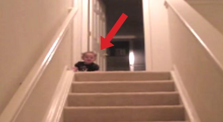 Un bambino scopre il modo più veloce in assoluto per scendere le scale. Divertentissimo!