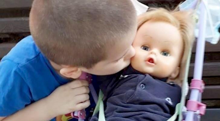Sono il papà, mica la mamma!: la risposta saggia di un bimbo a chi lo accusava di giocare con una bambola