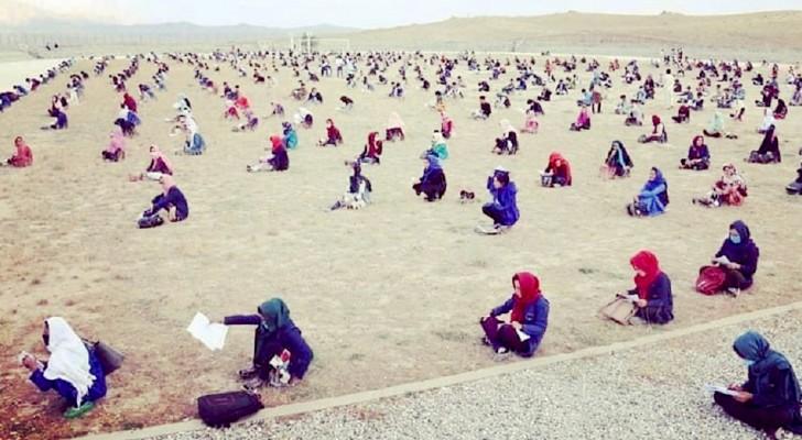 Honderden Afghaanse vrouwelijke studenten hebben op een enorm zandvlakte de toelatingstest van de universiteit afgelegd