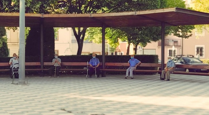 6 seniors who meet every day in the same park observing a safe distance: respect in a photo