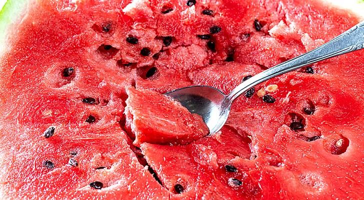 5 ottimi motivi per non gettare i semi dell'anguria: sono ricchi di proprietà benefiche per la salute