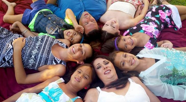 Una donna ha adottato le 4 figlie della sua migliore amica morta di cancro: una commovente storia di affetto e lealtà