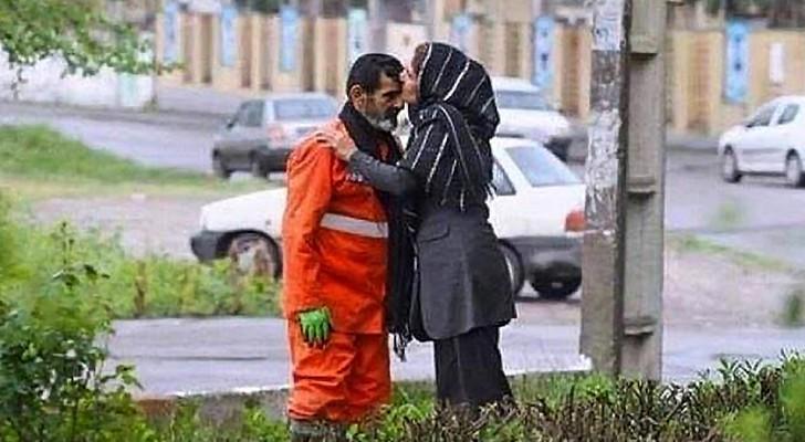 Seu pai pede que ela não revele que é um varredor de rua: ela mostra a todos uma foto cheia de amor e orgulho