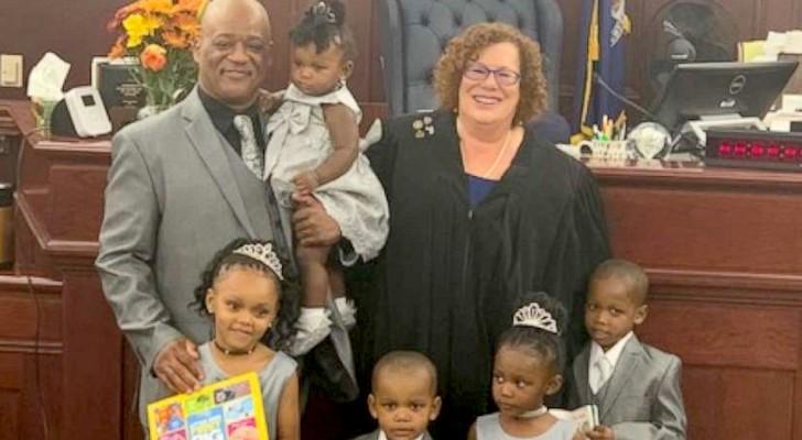Un papa célibataire adopte 5 petits frères et sœurs afin qu'ils puissent tous grandir sous le même toit